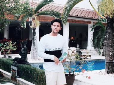 Ammar Zoni mendapat kesempatan berharga saat mengunjungi sebuah tempat di pedalaman Nusa Tenggara Barat. Kesempatan itu pun dijadikan sebagai ajang berbagi pengalaman dengan murid-murid yang ada di sana. (Foto: instagram.com/ammarzoni)