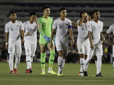 Para pemain Timnas Indonesia U-22 tampak kecewa usai dikalahkan Vietnam U-22 pada laga SEA Games 2019 di Stadion Rizal Memorial, Manila, Minggu (1/12). Indonesia kalah 1-2 dari Vietnam. (Bola.com/M Iqbal Ichsan)