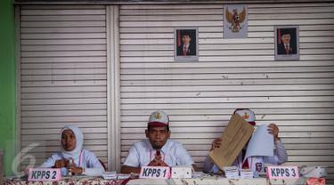 Petugas KPPS berseragam pelajar sekolah dasar menunggu warga yang akan menggunakan hak pilih pada Pilkada DKI 2017 di TPS 45 Kelurahan Kebon Pala, Jakarta, Rabu (15/2). Hal itu dilakukan untuk menarik warga datang ke TPS. (Liputan6.com/Gempur M Surya)