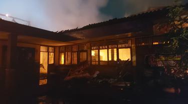 Diduga karena konsleting listrik, Kantor Desa Bitung, Kecamatan Cikupa, Kabupaten Tangerang, ludes terbakar pada Rabu malam (9/6/2021).