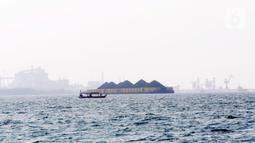 Kapal tongkang pengangkut batu bara lepas jangkar di Perairan Bojonegara, Serang, Banten, Kamis (21/10/2021). BPS mencatat ekspor produk pertambangan dan lainnya pada September 2021 melesat 183,59 persen dibandingkan periode yang sama tahun lalu. (Liputan6.com/Angga Yuniar)