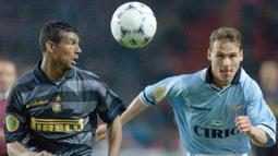 Nama Pavel Nedved melambung bersama Lazio. Ia berhasil meraih scudetto dan mencetak 51 gol dalam 208 penampilan. (Foto: AFP/Patrick Kovarik)