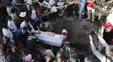 Anggota keluarga menguburkan korban pembunuhan Fatima berusia 7 tahun di Mexico City (18/2/2020). Jasad Fatima ditemukan terbungkus tas dan ditinggalkan di daerah pedesaan pada hari Sabtu. Lima orang telah diperiksa dan rekaman video penculikannya telah diamankan. (AP Photo/Marco Ugarte)