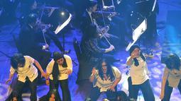 Kelompok paduan suara The Resonanz Children's Choir (TRCC) tampil saat Konser Beat It A Tribute to Michael Jackson di Gedung Teater Jakarta, Taman Ismail Marzuki, Jakarta Pusat, Sabtu (1/12). (New Fimela/Bambang Eros)