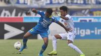 Alfin Tuasalamony beraksi dalam laga Persib Bandung versus Arema FC di Stadion Si Jalak Harupat, Kabupaten Bandung, Selasa (12/11/2019). (Bola.com/Iwan Setiawan)
