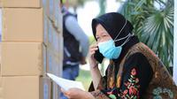 Wali Kota Surabaya Tri Rismaharini telepon warga Surabaya yang termasuk OTG, ODP, PDP  (Foto: Liputan6.com/Dian Kurniawan)