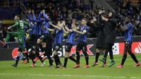 Para pemain Atalanta merayakan kemenangan atas Valencia usai pertandingan leg pertama babak 16 besar Liga Champions di stadion San Siro di Milan, Italia, Rabu, (19/2/2020). Atalanta menang telak atas Valencia 4-1.  (AP Photo/Luca Bruno)