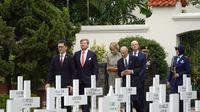 Raja dan Ratu Belanda melakukan ziarah ke makam pahlawan Belanda di Menteng Pulo. (Twitter/@koninklijkhuis)