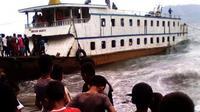 Kapal Motor Penumpang Semua Suka jurusan Lembata-Larantuka, Flores Timur, NTT, nyaris tenggelam dihantam gelombang tinggi. (Liputan6.com/Ola Keda)