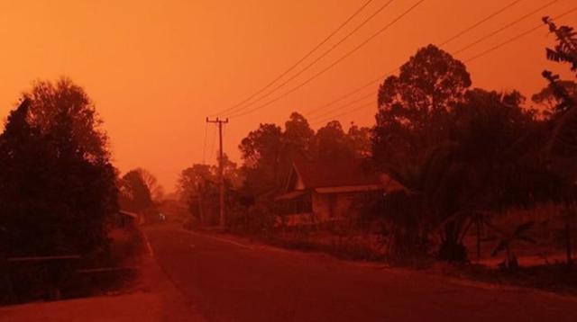 Warga di empat desa yang berada di wilayah Kecamatan Kumpeh, Kabupaten Muaro Jambi, dihebohkan dengan fenomena kabut asap pekat. (Liputan6/Gresi Plasmanto)
