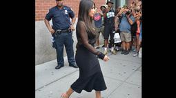 Wanita 33 tahun ini tampak mencuri perhatian seorang petugas kepolisian lainnya saat ia keluar dari apartemennya di New York City, Minggu (10/8/14). (Dailymail)