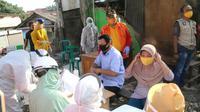 Tes Swab corona Covid-19 secara acak dilakukan terhadap pedagang dan pembeli di pasar Kota Bekasi. (Liputan6.com/Bam Sinulingga)