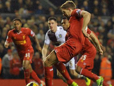 Kapten Liverpool Steven Gerrard bersiap melepaskan tembakan pada pertandingan sepak bola Liga Inggris antara Liverpool vs Aston Villa di Anfield, Liverpool (14/01/19). (AFP/Paul Ellis)