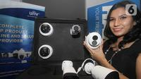 Model menunjukkan video pengawas atau CCTV pada acara kerjasama Uniview Indonesia dan PT Harrisma Informatika Jaya di Jakarta (25/10/2021). PT Harrisma Informatika Jaya resmi mengumumkan kerja sama strategis dengan Zhejiang Uniview Technologies Co., Ltd(Uniview). (Liputan6.com/HO/Ading)