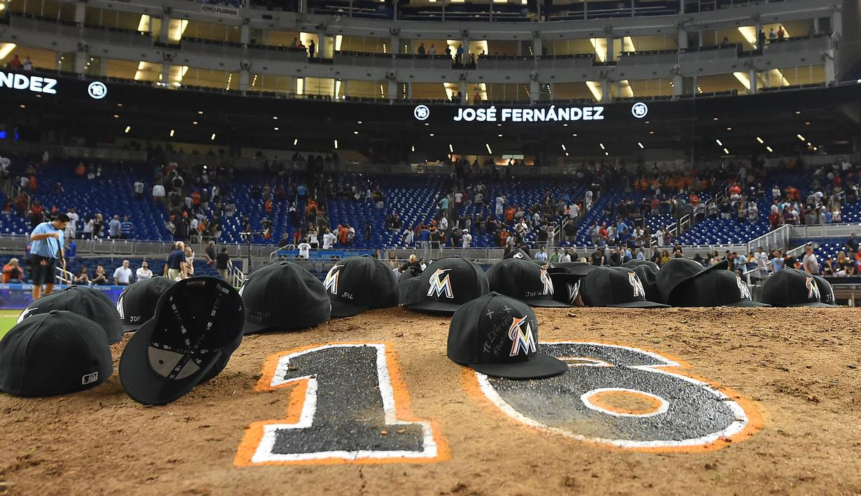 Tim Bisbol Miami Marlins memberikan penghormatan kepada salah satu pemainnya Jose Fernandez yang meninggal dalam sebuah kecelakaan di pantai Miami di Marlins Park, Senin (26/9). (Reuters/ Jasen Vinlove/ USA TODAY Sport)