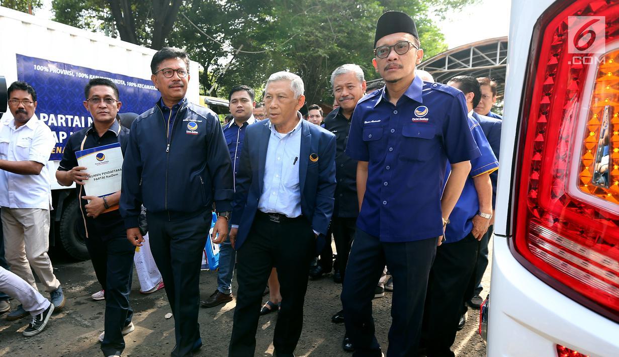 Sekjen Partai Nasdem Johnny G Plate bersama sejumlah fungsionaris partai memasuki kantor KPU Pusat untuk melakukan pendaftaran Pemilu 2019 di Jakarta, Jumat (13/10). Nasdem secara resmi mendaftar sebagai peserta Pemilu 2019. (Liputan6.com/Johan Tallo)