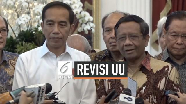 Presiden Joko Widodo atau Jokowi mengundang puluhan tokoh yang terdiri dari budayawan, ahli hukum, seniman, hingga pengusaha ke Istana Merdeka Jakarta, Kamis (26/9/2019). Mantan Ketua Mahkamah Konstitusi, Mafud MD, menyatakan ada 3 opsi yang bisa men...