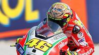 Helm Valentino Rossi dengan tema Boxer ini dibuat saat dia menunggangi Ducati di 2012 yang ternyata justru banyak menelan kekalahan. (rossihelmets.com)