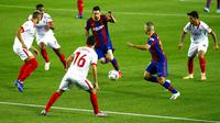 Striker Barcelona, Lionel Messi, berusaha melewati pemain Sevilla pada laga Liga Spanyol di Stadion Camp Nou, Minggu (4/10/2020). Kedua tim bermain imbang 1-1. (AP Photo/Joan Monfort)
