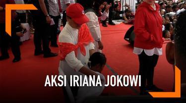 Ada kejadian menarik yang dilakukan Iriana Jokowi saat menemani suaminya berkampanye. Ia membasuh seorang anak yang kehujanan saat kampanye dilakukan.