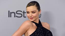 Miranda Kerr berpose untuk fotografer pada acara after party Golden Globes 2018 di Los Angeles, Minggu (7/1). Di karpet merah, Miranda Kerr langsung menjadi pusat perbincangan karena perutnya yang sudah terlihat membuncit. (Chris Pizzello/Invision/AP)
