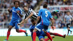 Gelandang Newcastle Yohan Cabaye (tengah) dihadang oleh beberapa pemain Hull City pada pertandingan Liga Utama Inggris antara Newcastle vs Hull City (21/09/13). (AFP/Ian Macnicol)