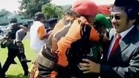 Peringatan HUT ke-71 TNI digelar di berbagai daerah dengan sederhana. Sementara mahasiswa di Afrika menuntut diturunkannya biaya pendidikan.