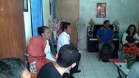 Penasihat hukum gadis STC, korban dugaan kejahatan seksual, memberikan keterangan di rumah korban, Manado, Sulawesi Utara. (Liputan6.com/Yoseph Ikanubun)