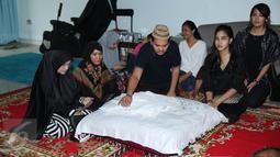 Indra Bekti duduk di samping jenazah anak ketiganya, Kenward Athar Indrabekti saat disemayamkan di rumah duka kawasan Radio Dalam, Jakarta, Rabu (1/2). Anak ketiga Indra Bekti itu meninggal beberapa menit setelah dilahirkan. (Liputan6.com/Herman Zakharia)