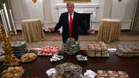 Presiden AS Donald Trump menghidangkan makanan cepat saji di Gedung Putih , sebagai dampak dari penutupan sementara pemerintahan negeri itu (AP/Susan Walsh)