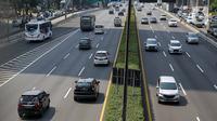 Sejumlah kendaraan melintas di Tol Dalam Kota, Jakarta, Kamis (29/7/2021). Jasa Marga menyebut volume lalu lintas kendaraan di tol turun sebesar 40,97 persen selama masa Pemberlakuan Pembatasan Kegiatan Masyarakat (PPKM) Darurat Jawa-Bali pada 3-20 Juli 2021. (Liputan6.com/Faizal Fanani)