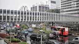 Kondisi lalu di sekitar jembatan penyeberangan orang (JPO) Bundaran Senayan, Jakarta, Senin (21/1). JPO Bundaran Senayan sudah terhubung dengan Halte Transjakarta dan siap untuk dioperasikan. (Liputan6.com/Faizal Fanani)