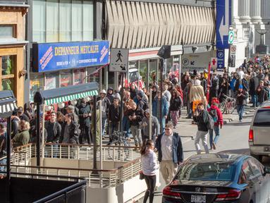 Ratusan orang mengantre di toko ganja pemerintah di Montreal, Rabu (17/10). Kanada menjadi negara kedua di dunia setelah Uruguay yang melegalkan dan mengatur penjualan serta penggunaan ganja untuk tujuan rekreasional. (Ryan Remiorz/The Canadian Press/AP)