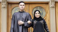 Muzdalifah dan Fadel Islami pakai gamis (Sumber: Instagram/butikalharamainofficial)
