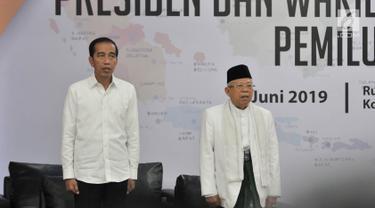 Pasangan Presiden dan Wapres terpilih, Joko Widodo atau Jokowi dan Ma'ruf Amin menyanyikan lagu Indonesia Raya pada Rapat Pleno Terbuka Penetapan Presiden dan Wakil Presiden Terpilih Pemilu 2019 di Gedung KPU, Jakarta, Minggu (30/6/2019). (merdeka.com/Iqbal S Nugroho)