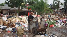 Petugas kebersihan berada di sekitar Jalan Masjid Al Makmur, Pejaten Timur, Pasar Minggu, Jakarta Selatan, Selasa (10/12/2019). Tumpukan sampah yang tidak hanya berasal dari warga sekitar menimbulkan bau tidak sedap dan dikhawatirkan dapat mengganggu kesehatan. (Liputan6.com/Immanuel Antonius)