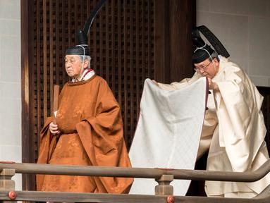 Kaisar Jepang Akihito bersiap untuk melakukan ritual di Istana Kekaisaran, Tokyo, Jepang, Selasa (12/3). Kaisar Akihito melangsungkan serangkaian ritual untuk melaporkan rencana turun takhta kepada leluhurnya. (Imperial Household Agency of Japan via AP)
