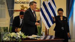 Menlu RI Retno Marsudi mempersilahkan Menlu Uruguay Rodolfo Nin Novoa menuju ruang pertemuan di Gedung Pancasila, Jakarta, Selasa (11/10). Kedua Menlu melakukan pertemuan bilateral bidang pertanian, pariwisata, dan lain-lain. (Liputan6.com/Faizal Fanani)