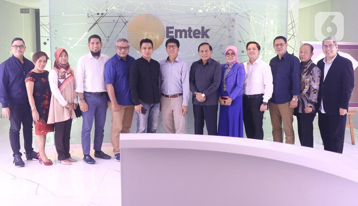 Komisioner KPI berfoto bersama dengan jajaran direksi SCTV dan Indosiar usai melakukan pertemuan di SCTV Tower, Jakarta, Rabu (26/2/2020). Dalam pertemuan  silahturahmi tersebut KPI menilai baik tayangan-tayangan pada SCTV dan Indosiar. (Liputan6.com/Angga Yuniar)