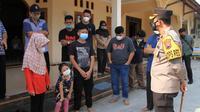 Kapolres Sukoharjo AKBP Wahyu Nugroho Setyawan saat bertemu dengan tiga bocah yang jadi yatim piatu karena Covid-19. (Foto: Liputan6.com/ Humas Polda Jateng)