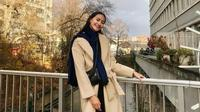 Raden Roro Ayu Maulida Putri atau lebih dikenal dengan Ayu Maulida memang selalu tampil menawan. Berlibur ke Zurich, Swiss, ia tampil dengan setelan musim dingin. Outer berwarna krim dan syal biru gelap melengkapi penampilannya dengan pakaian berwarna hitam. (Liputan6.com/IG/@ayumaulida97)