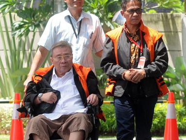 Bupati nonaktif Mesuji Khamami (kanan) dan Dirut PT Wijaya Kusuma Emindo (WKE) Budi Suharto tiba di Gedung KPK, Jakarta, Senin (11/2). Khamami diperiksa sebagai tersangka terkait dugaan menerima suap proyek infrastruktur. (Merdeka.com/Dwi Narwoko)
