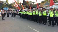 Pasukan Pengaman Kedatangan Prabowo Subianto-Sandiaga Uno ke Jombang. (Liputan6.com/Dian Kurniawan)