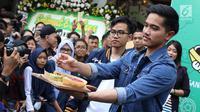 Kaesang Pangarep memberi kuliner Markobar kepada pengunjung saat launching outlet kuliner Sang Pisang dan Markobar di Cikini, Jakarta, Minggu (11/3). Kolaborasi tersebut diharapkan bisa menarik lebih banyak pembeli. (Liputan6.com/Immanuel Antonius)
