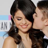 Tentu saja rencana liburan Justin Bieber akan lengkap dengan kehadiran Selena Gomez di sampingnya! (J-14)