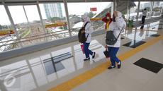 Jembatan Penyebrangan Orang (JPO) di Stasiun Tanah Abang mulai dioperasikan hari ini, Jumat (10/3). Dengan dioperasikannya JPO tersebut maka sudah tidak ada lagi penumpang yang melintasi jalur rel saat berpindah peron. (Liputan6.com/Immanuel Antonius)