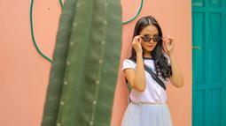 Bertema monokrom, pemeran Sonya di sinetron Siapa Takut Jatuh Cinta ini tampil menawan dengan baju putih dan kacamata dengan frame cat eye berlensa gelap. (Liputan6.com/IG/@gabriellalarasati)