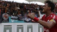 Bek Persija Jakarta, Maman Abdurahman, merayakan gol yang dicetaknya ke gawang Sriwijaya FC pada laga Liga 1 di Stadion Wibawa Mukti, Jawa Barat, Sabtu (24/11). Persija menang 3-2 atas Sriwijaya. (Bola.com/Yoppy Renato)