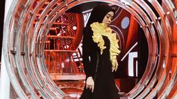 Pedangdut jebolan D'Academy musim pertama ini pernah tampil di panggung LIDA dengan gaun serba hitam dengan hiasan kuning yang membuatnya tampil elegan. (Liputan6.com/IG/@lestykejora)