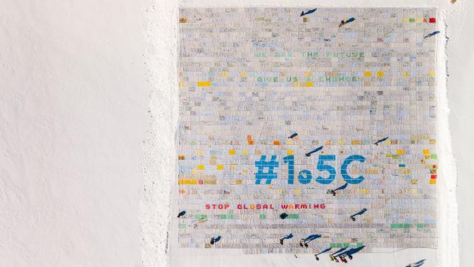 Kartu pos raksasa terbuat lebih dari 125.000 kartu pos yang dikumpulkan untuk memecahkan Rekor Dunia Guinness